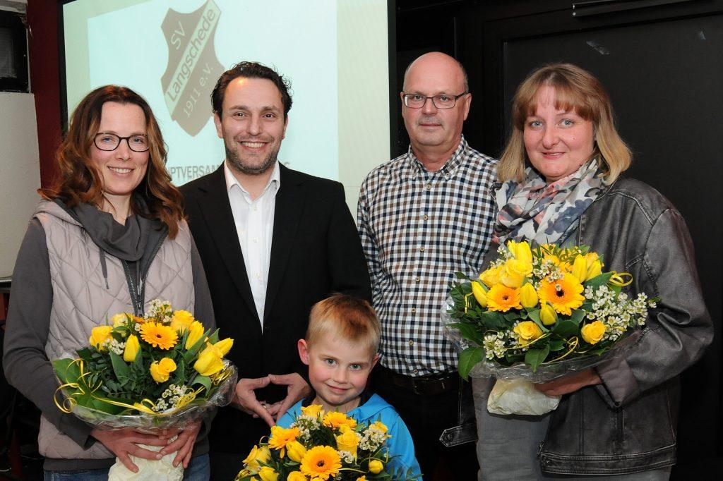 JHV SV Langschede Foto v.l.:Melanie Lux (25 Jahre), Marcus Gerke (1. Vors.) Bernd Melzner (2. Geschäftsführer), Hedda Bläsing (25 J.), für die Oma Marianne Neu (35 Jahre) übernahm der 5-jährige Luca die Blumen